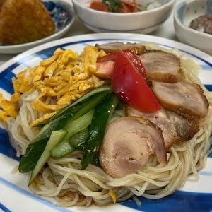 夜ごはんです。ぶっかけ中華麺と、サーモン&鯵。