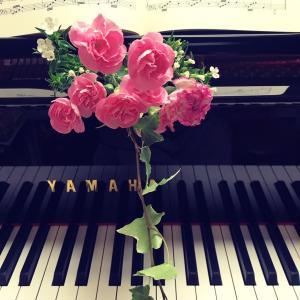 ピアノ写真シリーズ✨ピアノと花5