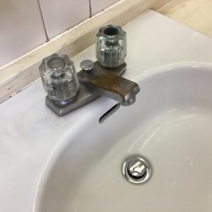 洗面台の排水が詰まってからしてはいけないこと