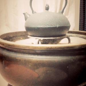 炭火でじんわり 火鉢