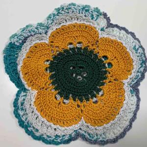 バイラス編みのミニドイリー3枚重ね。