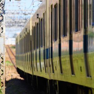 通勤電車の機能美を夏の日差しの下に見た