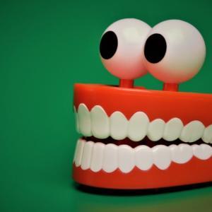 【歯についた黒い点は何!?】歯医者に聴いた虫歯は進行しないものもある、顆粒タイプの歯磨き粉をおすすめしない理由