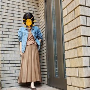 水色デニムのビッグジャケットとブラウンのサテンマキシスカートの今旬コーデ