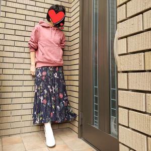 地厚パーカ✕薄軽スカートの異素材ミックスで着映え!