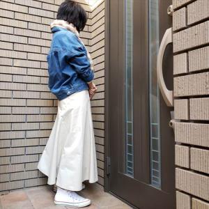 春を告げるアウター ブルーデニムのジャケットを着て