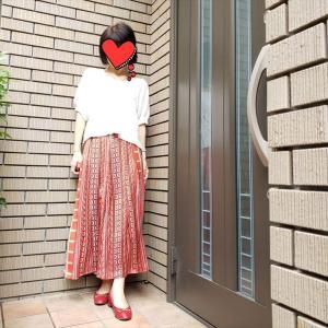 技入らずでおしゃれ見え!鮮やかカラーの艶スカートで認知症の母に会いに