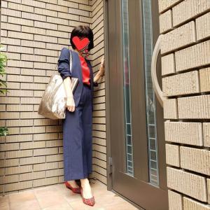 【plstリネンブレンドネイビースーツで5DAYS①】ワイドパンツスーツに赤を差して取材へ