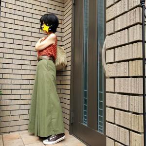 グラスグリーンのマキシスカートにボーダーTの事務所仕事コーデ