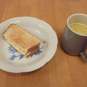 今日の昼食(玉子サンドとトップバリュのポタージュ)