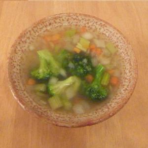 今日の昼食(業務スーパーので作るコンソメスープ)