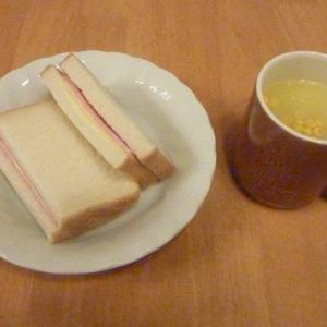 今日の昼食(ハムサンドとポタージュ)