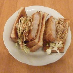 今日の昼食(業務スーパーの豚ロースカツで作るカツサンド)