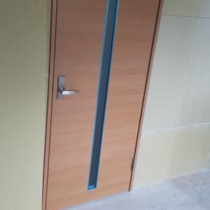 増築部入り口のドア取付②