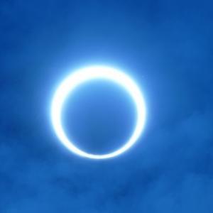 シンガポール サンタの置き土産は美しい太陽のリング - 金環日食