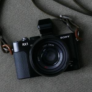 35㎜ F2 単焦点レンズ固定のフルサイズセンサ搭載最小カメラで孤高の一品 SONY DSC-RX1