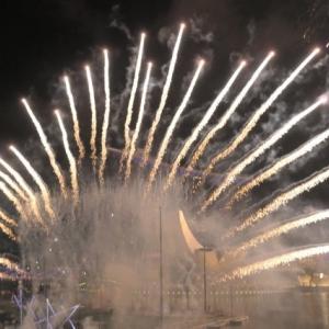 シンガポール New Year Countdown to 2020 はドローンと花火の共演で