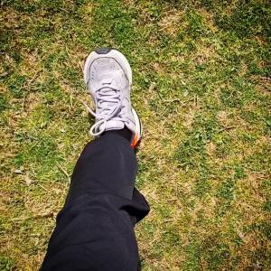 """久しぶりに歩いたら""""自粛仕様の足""""になっていて驚いた。"""