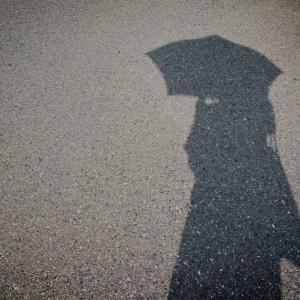 雨傘を日傘がわりにしている話。
