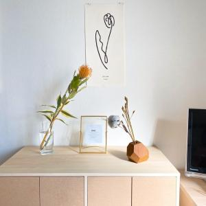 """あえて花を飾ることで""""郵便物置き場""""になることを回避。本の収納Before/After"""