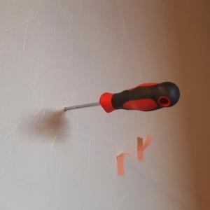 ボードアンカーを使って壁掛けフックを取り付ける