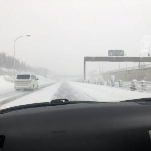 札幌から新千歳空港へ 吹雪きの高速道路を利用して移動