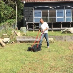 手動草刈り機とヤギちゃん