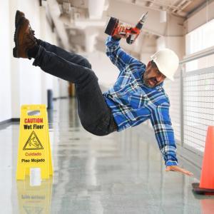 「油でぬれた床で滑った」労災25%が60歳以上!?10年間で3倍増加
