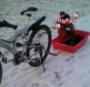 雪に遊び雪に走るよ自転車で